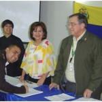 Alexander Tocuyo,  firma el acta de recepción del diploma en Gerencia Estratégica de la Comunicación Organizacional.